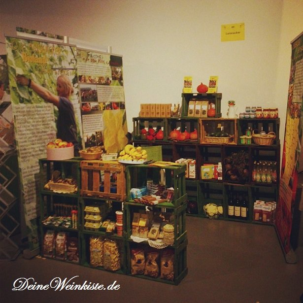 Warendisplay / Messestand aus Weinkisten